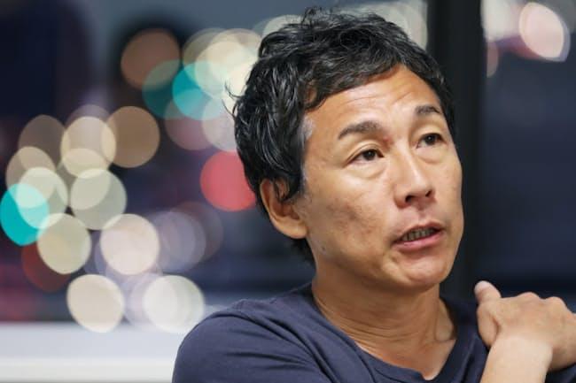 1966年東京生まれ。95年結成のスカパンクバンド「KEMURI」のボーカルとして活動を続ける。日本では異例の「クラウドファンディングによる無料ライブ」を企画。