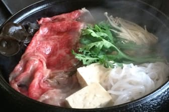 登起波の米沢牛のすき焼き。米沢牛を使った料理はステーキ、焼き肉、しゃぶしゃぶへと広がった
