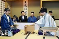王座戦で羽生善治氏に挑む佐藤天彦氏(右)=2015年9月