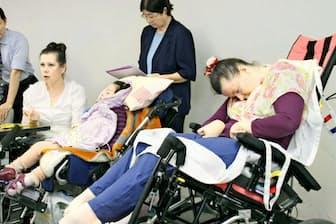 記者会見するエブセエバ・エレナさん(右)とその家族ら(7月29日、京都市)
