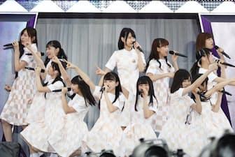 5月には全8回の単独公演を満席にした後、7月1日の明治神宮野球場での「真夏の全国ツアー2017」のオープンニングから3期生のみ12人がステージに立ち、8曲連続でパフォーマンスを披露した。(C)乃木坂LCC.