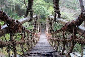 祖谷のかずら橋。まるで秘境の世界への入口のように見えますね(写真:japan-guide.com)
