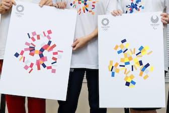 2020年東京五輪・パラリンピックの新グラフィックスを披露する田中理恵さん(右から2人目)ら=共同