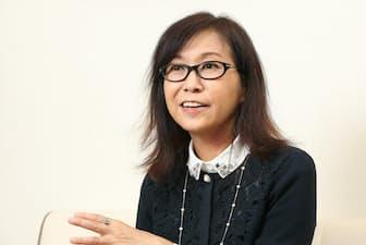 1960年北海道生まれ。東京医科大学卒。NHKラジオ第1「香山リカのココロの美容液」でパーソナリティーを務める。「さよなら、母娘ストレス」(新潮文庫)など、著書多数。