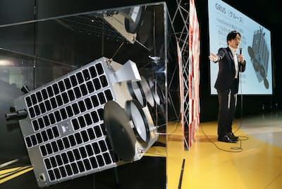 記者会見するアクセルスペースの中村社長(2015年12月、東京都文京区)