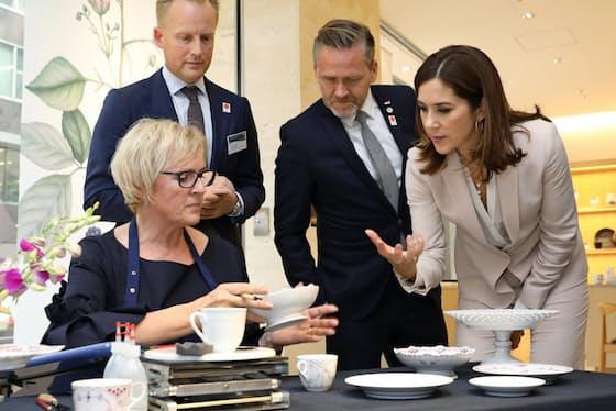 絵付けのデモンストレーションを見学するメアリー・デンマーク皇太子妃