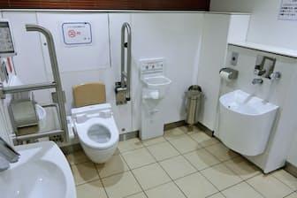 排せつ物を流す設備などが整ったオストメイト対応トイレ(東京メトロ・淡路町駅)