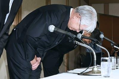 記者会見で頭を下げる神戸製鋼所の川崎博也会長兼社長(手前、10月13日、東京都港区)
