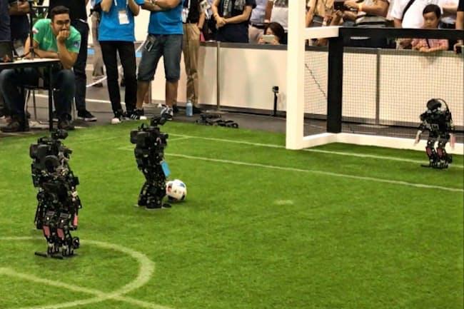 2050年にサッカーW杯王者に勝てるロボットチームを作るのが目標だ(ロボカップの試合風景)