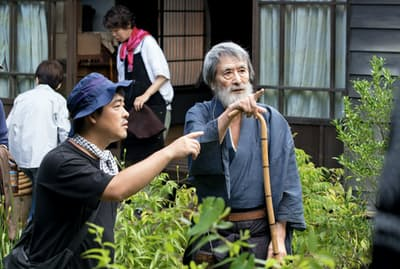 「モリのいる場所」撮影中の山崎努(右)と沖田修一(神奈川県葉山町)