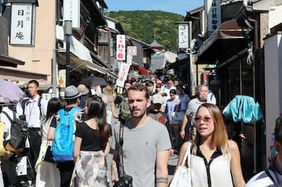 京都市の清水寺周辺を散策する外国人観光客