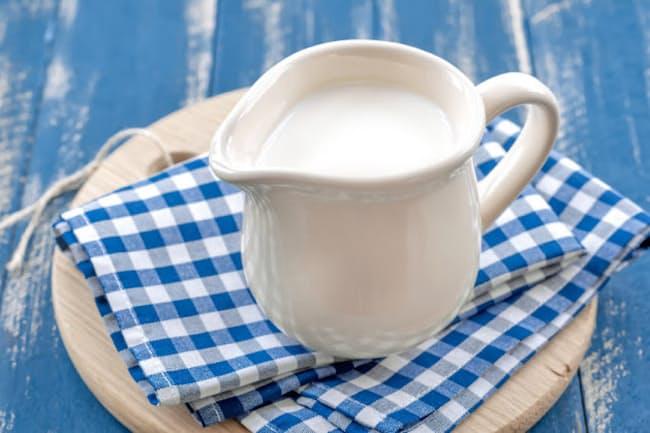 飽和脂肪酸を多く含む牛乳などの乳製品を過剰にとると、動脈硬化が促進され、心筋梗塞や脳卒中につながると考えられてきたが、最新の疫学研究からこの仮説は必ずしも当たらないことが分かってきた(c)yelenayemchuk-123rf