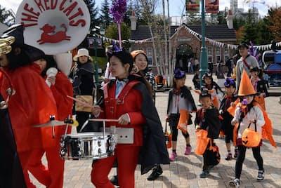 ハロウィーン仮装で園内をパレード(富士急ハイランド)