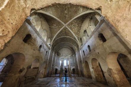 トルコ、アンタルヤ県にあるミラの聖ニコラウス教会の内部。聖ニコラウスが葬られたと思われる墓が見つかったと考古学者らが主張している。(PHOTOGRAPH BY ALI IHSAN OZTURK, ANADOLU AGENCY, GETTY)