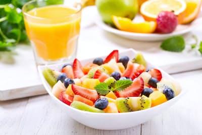 調理なしで手軽に食べられる果物を、もっと生活に取り入れよう。(C)nitr-123rf