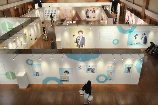 社員からのアイデアで開催した「人とモノのものがたり展」の様子。従業員が、鶴屋で買った商品の思い出を語る展示会