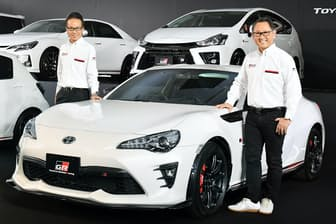 GRの記者会見に登場したトヨタ自動車の豊田章男社長(右)