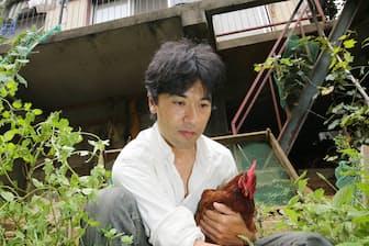 ニワトリを飼うなど自宅でサバイバル生活をする服部文祥氏