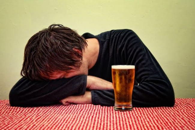 「昔はもっと飲めたのに……」と思っている人は多いのでは?ミドル世代以上ならではのお酒との付き合い方とは?(c)Igor Stevanovic-123rf