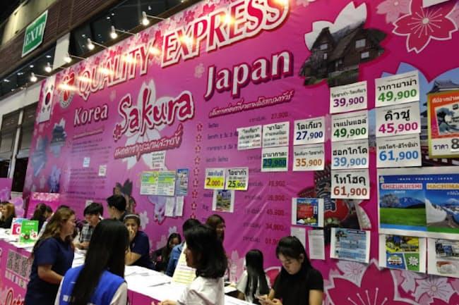 外国人旅行者の獲得競争は激しい。海外の展示会では、日本と韓国がともに「桜」をテーマに掲げることも(2月、タイ・バンコク)