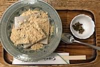 浅野屋のくず餅は、箸休めのしば漬けが意外と合う