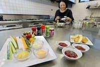 マヨネーズやケチャップにスパイスを加えてディップにする(東京・中央のエスビー食品)=瀬口蔵弘撮影