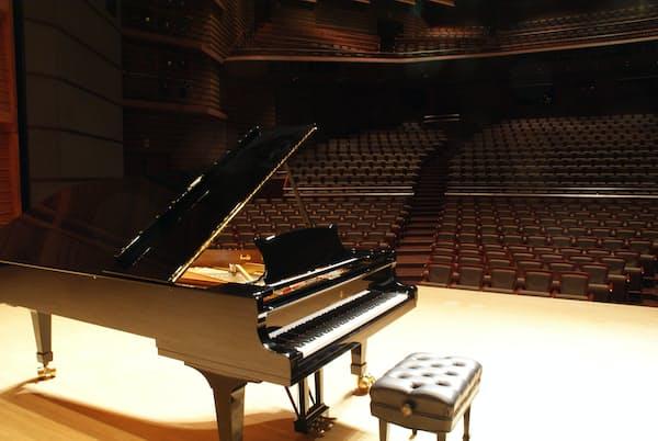 新潟・柏崎市文化会館アルフォーレの舞台。ピアノはホール備え付けのもの、ツィメルマンは自身の楽器を持ち込んだ。