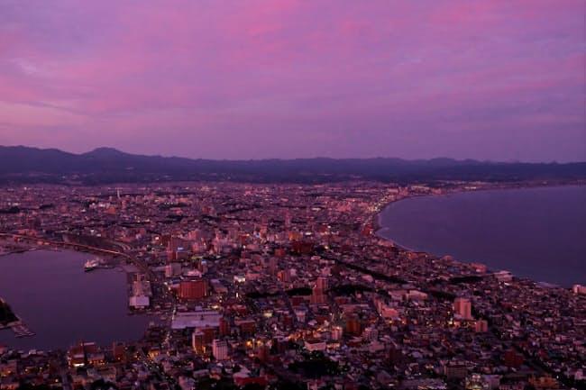 日没前後の「マジックアワー」を函館山頂で。澄んだ空気の中、華やかな空と夜景のコラボが幻想的