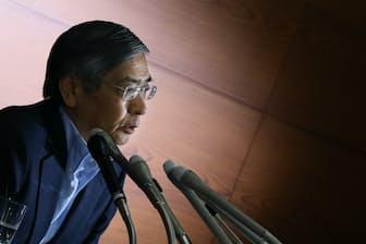 記者会見する黒田日銀総裁