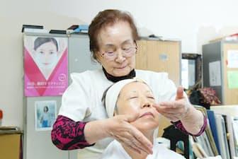 化粧品販売店オーナーの飯田芳子さん