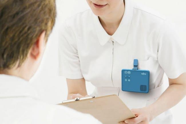 富士通が18年度中に発売する病院向け自動通訳端末は胸元につけられる小ささだ
