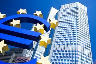 ユーロのシンボルと欧州中央銀行(ECB) 写真=PIXTA
