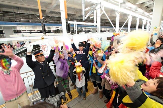CM撮影に駅や沿線に大勢の住民が集まって手を振った