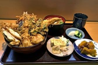河原のあべで人気のある「河原の天丼」。豪華な盛りつけだが、総菜ともどもすっとお腹に収まる