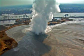 2006年5月29日、インドネシア・ジャワ島の数カ所から泥が噴き出し始め、今も終息していない。この噴出はルーシーの名で知られるようになり、今も続く泥噴出としては史上最も被害が大きい。(PHOTOGRAPH BY ADRIANO MAZZINI, THE LUSI LAB PROJECT)