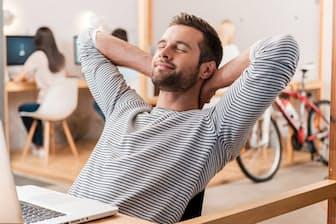 ボディスキャン瞑想(めいそう)は座れる場所ならどこでもやれる。オフィスでの仕事の合間などにやってみよう(c)gstockstudio-123rf