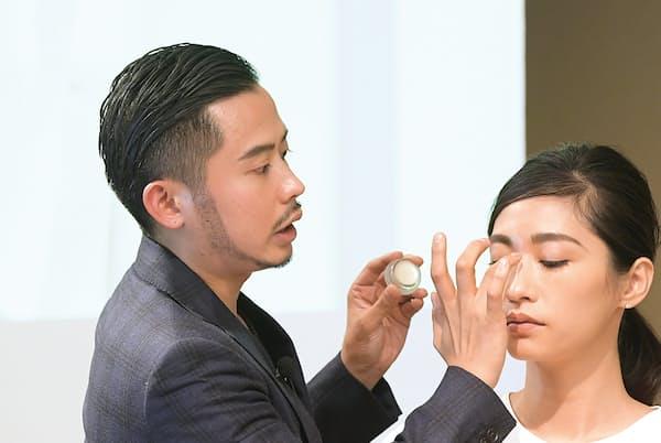 ヘア・メイクアップアーティストの小田切ヒロさんがメークを実演