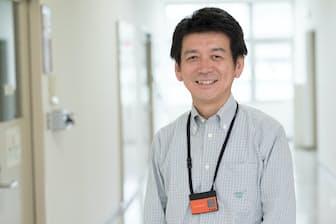 日立製作所の矢野和男さん。胸にぶらさげているのが名札型センサー(写真:吉村永、以下同)