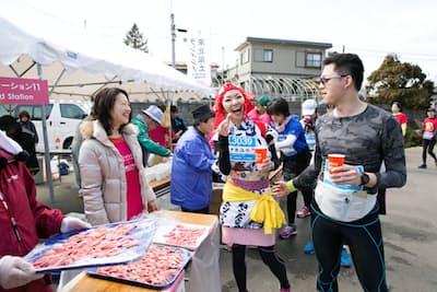 走りながら地元、東北の食材を味わえるのが魅力だ(宮城県登米市、東北風土マラソン&フェスティバル提供)