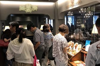 東京・池袋の「梟書茶房」入り口で順番を待つ客