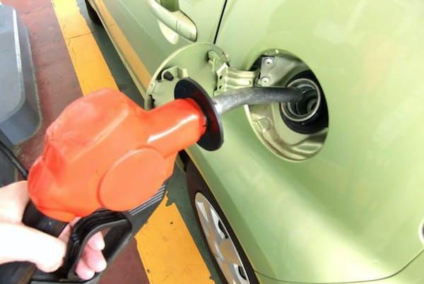自動車にガソリンを入れる給油口はメーカーやモデルによってばらつきがある PIXTA