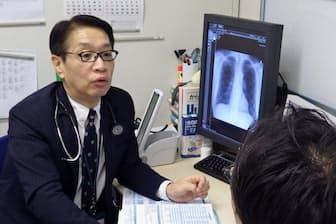 社員と面談する三井化学の産業医、土肥誠太郎・健康管理室長(10月、東京都港区)