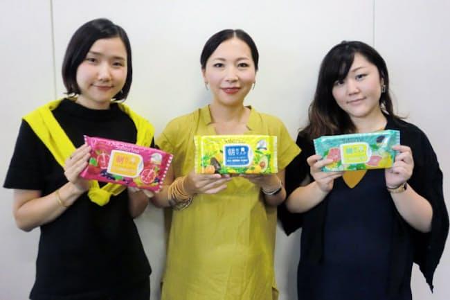 開発に関わったBCLカンパニーの女性社員3人。BCLカンパニー 企画2部の齊藤久美子係長(写真左)、同社宣伝部の御殿谷りえ係長(写真中央)、販売推進部の大小原碧里係長