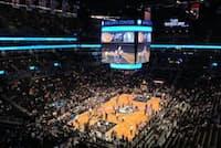 NBAのブルックリン・ネッツが本拠地とする「バークレイズセンター」。コート上の大型スクリーンで、マルチアングル映像を映し出している(米ニューヨーク州)