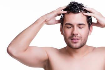 頭皮の脂が脱毛の原因であるかのようにいわれることもあるけれど、シャンプーはどのくらいの頻度ですればいい?(c)domenicogelermo -123rf