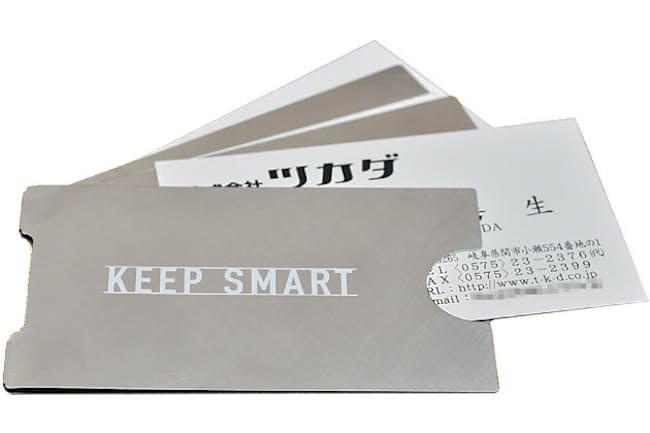 「KEEP SMART」。挟んでおける名刺は基本的に3枚まで。名刺と名刺の間に厚さ0.1mmの仕切り鋼板があり、圧着によるインク移りを防止