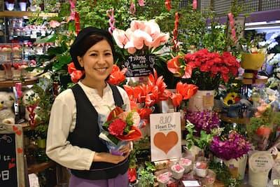 8月10日の「ハートの日」には「飾らない美しさ」という花言葉を持つアンスリウムで売り場を飾り付けた