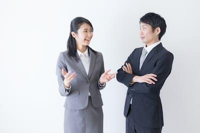 会話をスムーズに進めるには、身ぶりや視線も役に立つ PIXTA
