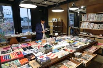 120種類ものフリーペーパーをそろえる「ONLY FREE PAPER」(東京都小金井市)