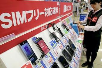 量販店では格安スマホや格安SIMの売り場が増えにぎわっている(ビックロ ビックカメラ新宿東口店)